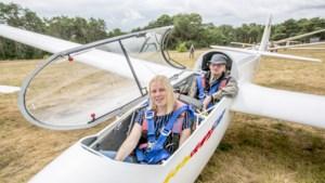 """Journaliste Britt bestuurt zweefvliegtuig: """"Eerst zo mottig als een krab, maar daarna geniet ik"""""""