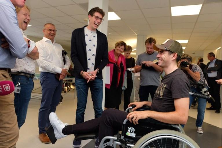 """Van Aert bezoekt To Walk Again met Bernal en Broeckx: """"Paar stappen met krukken, dat is het zowat"""""""