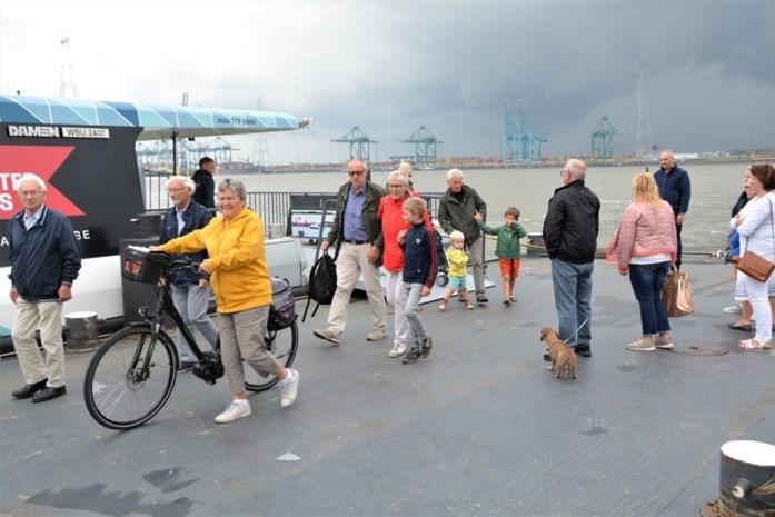 """BUURTREPORTAGE. Piepklein havendorpje Lillo overspoeld door dagjesmensen: """"Dankzij de Waterbus"""""""
