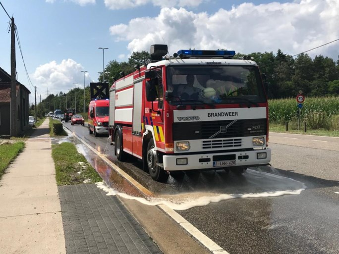 Verkeershinder in Zandhoven door smurrie die uit vrachtwagen lekt