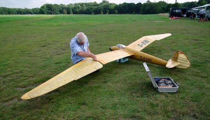 Vliegclub viert halve eeuw met knuffelvlucht
