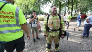 """Wim wandelt Dodentocht in volledige brandweeruitrusting: """"Mensen met kanker zien nog veel meer af"""""""