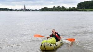 """In een rubberbootje van Sint-Amands naar Weert: """"Zodra je kunt stappen, leer je hier zwemmen in de Schelde"""""""