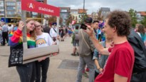 PVDA voert op Antwerp Pride actie tegen verbod regenboogpin voor loketbedienden