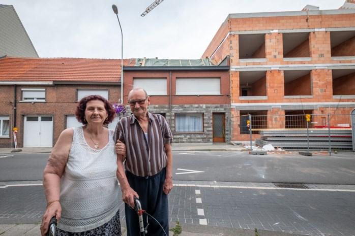 """Bewoners bekomen van puntgevel die op hun dak belandde: """"Een verschrikkelijk lawaai"""""""