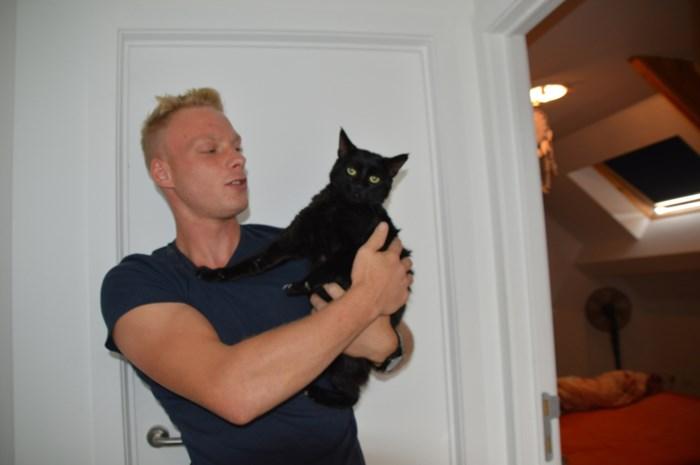 """Glenn (23) vindt zijn kat Duvel terug vol benzine: """"Iemand heeft hem in brand willen steken"""""""