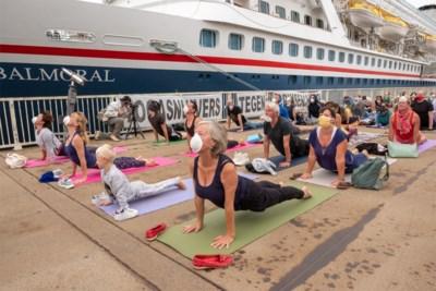 Ludiek protest op het Zuiderterras: yogasnuivers tegen cruiseschepen