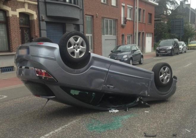 Auto gaat over de kop, chauffeur lichtgewond