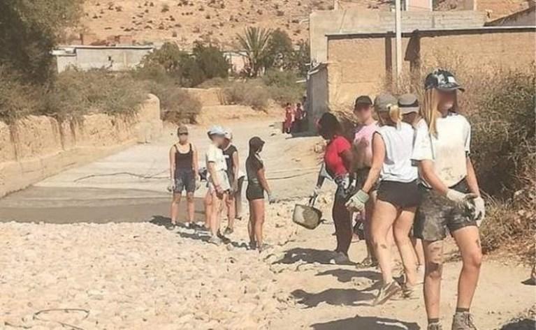 Marokkaanse vrouwen komen in korte broek op straat uit solidariteit met Vlaamse vrijwilligsters