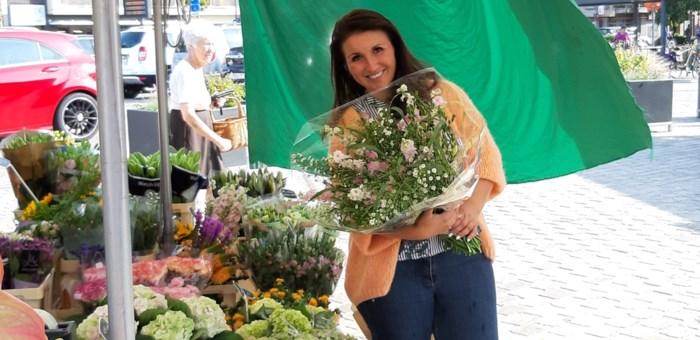 """Marktkramer Carine (34) verkoopt haar bloemen nu ook thuis: """"Met een gratis glimlach erbij"""""""