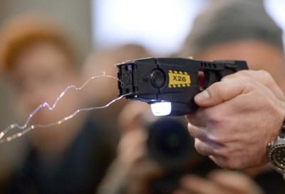 """Gemeenteraadslid wil stroomstootwapens bij politie: """"Gulden middenweg tussen geweer en wapenstok"""""""
