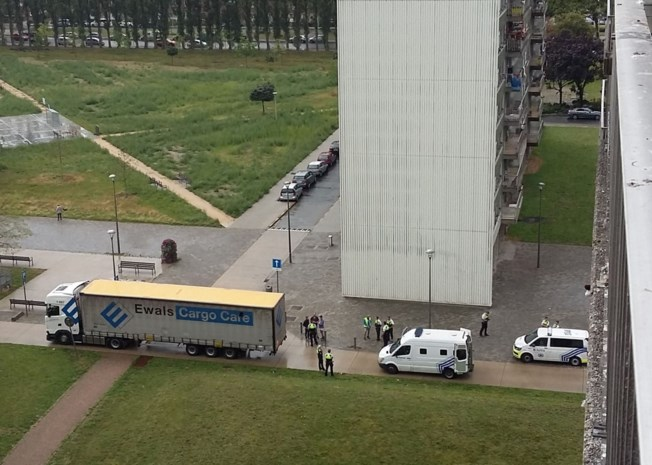 Politie haalt vluchtelingen uit vrachtwagen op Linkeroever