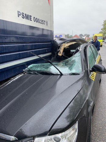 Taxi opengereten na klap tegen trailer: bestuurster gewond
