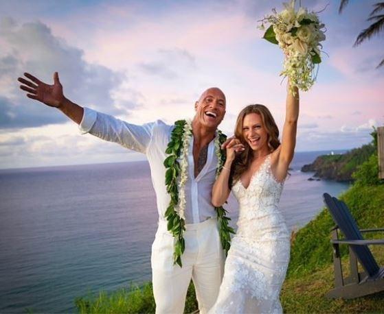 Na twaalf jaar: 'The Rock' getrouwd op Hawaï