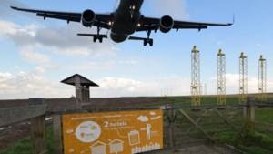"""Welke impact op het klimaat? Elke dag """"hoppen"""" 760 reizigers met vliegtuig tussen Brussel en Amsterdam"""