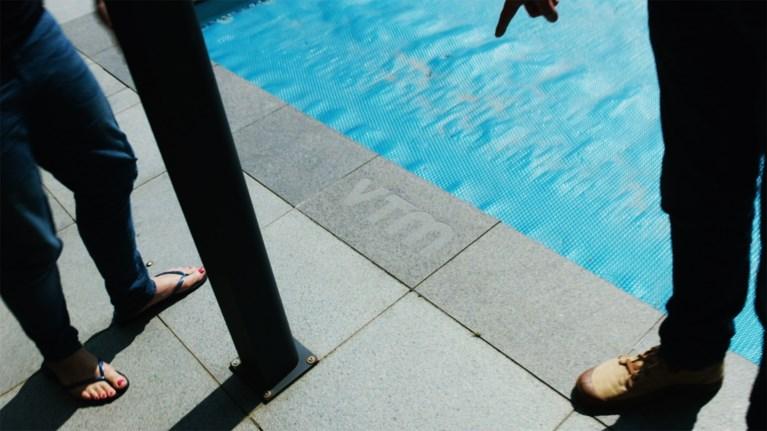 """Rob Vanoudenhoven toont zijn zwembad: """"Betaald door VTM"""""""