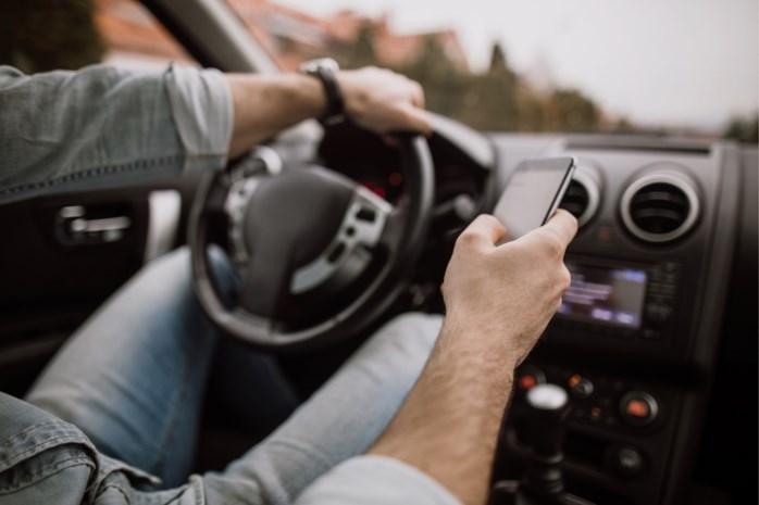 Bestuurder beboet die politie fotografeert met gsm tijdens het rijden