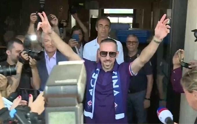 De supporters van Fiorentina geven Franck Ribéry een warme ontvangst bij zijn aankomst in Italië