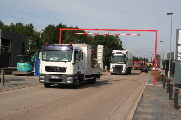 Te hoge vrachtwagens worden aan banden gelegd