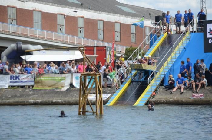 Stunt- en vliegwerk op het water voor het goede doel