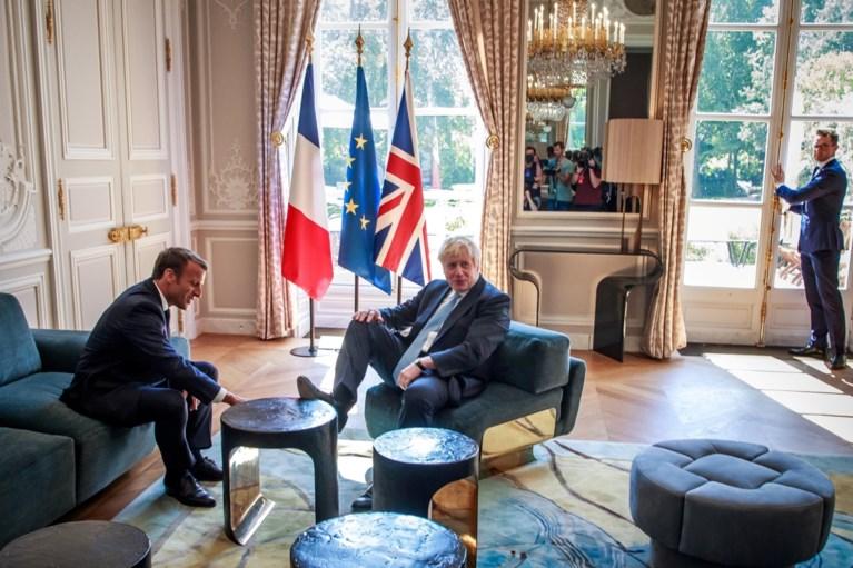 """De waarheid achter de """"boertige"""" foto van Boris Johnson tijdens gesprek met Macron"""