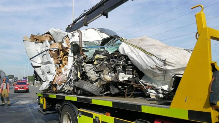 Bestelwagen rijdt in op vrachtwagen: chauffeur zwaargewond, E313 weer vrij