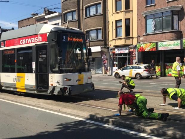 Tram ontspoort na ongeval met auto op Bredabaan Merksem