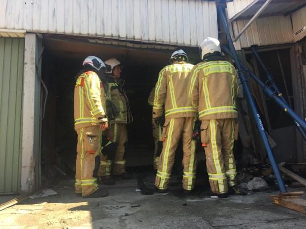 Brandweer moet gevel stutten om gecrashte auto uit garage te halen