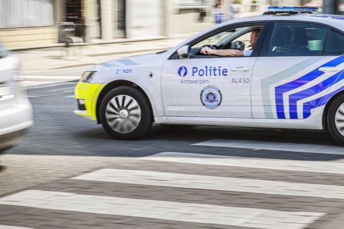 Politie haalt autodief zonder T-shirt uit wagen