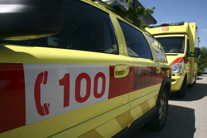 Motorrijder zonder helm zwaargewond na botsing met auto