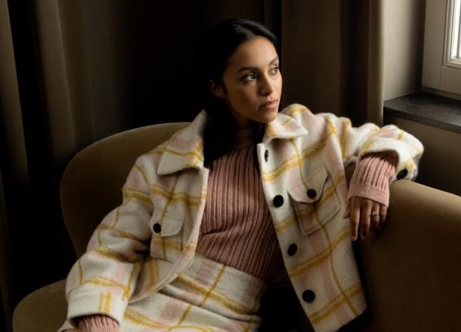"""""""Graag te korte broeken en een knipoog naar gothic"""": Nora Gharib geeft haar modegeheimen prijs"""