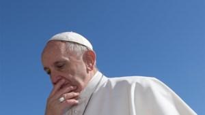 Paus zit vast in lift en komt te laat voor zondags gebed
