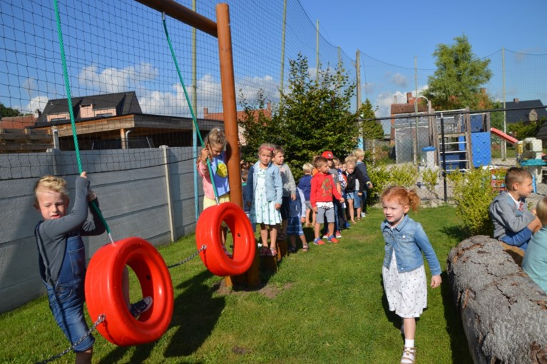 Klaproosschool in één klap van grijs naar groen met speelheuvel en durfpad