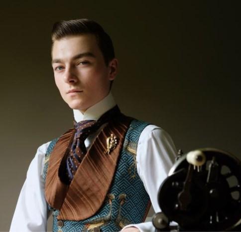 Leven in een victoriaanse cocon: Senne (17) draagt alleen historische kledij