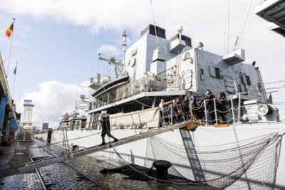 """Leerlingen Sint-Jan Berchmanscollege krijgen exclusieve rondleiding op Brits oorlogsschip: """"Die knoppen mag je niet aanraken"""""""