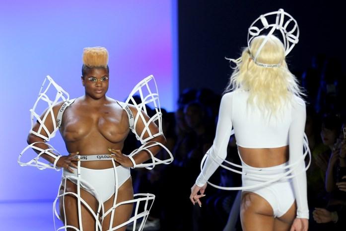 Model dat borstkanker overleefde maakt opvallend statement op modeweek in New York