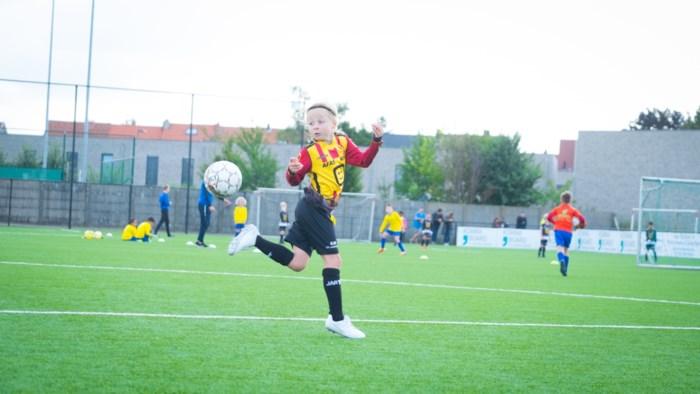 """Supertalent Elise (8) sluit als eerste meisje aan bij jeugd van KV Mechelen: """"Ooit hoopt ze voor de Red Flames uit te komen"""""""