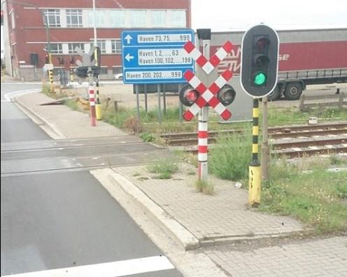 Gevaarlijke situatie aan overweg: twee verkeerslichten geven verschillend signaal