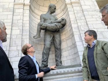 """Standbeeld De Redder staat weer in de Ouwen dok: """"Emotioneel, want grootmoeder is als 8-jarige nog door Petrus gered"""""""