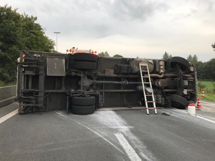 E34 opnieuw vrijgegeven, gekantelde vrachtwagen getakeld