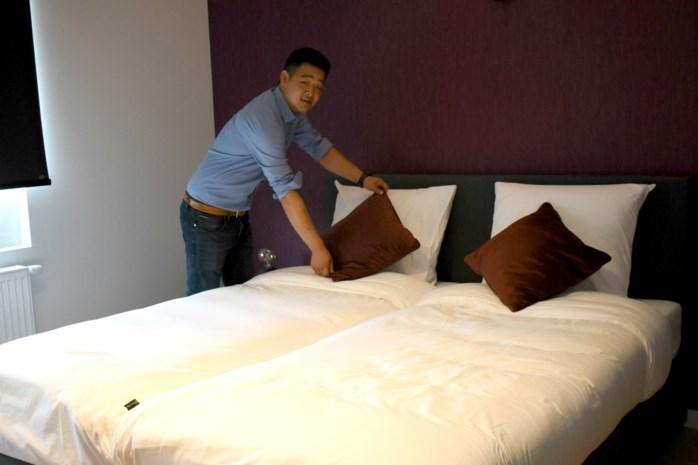"""Jeroen (23) opent hotel tegenover Chinees restaurant van ouders: """"Bedrijven bieden zich spontaan aan"""""""