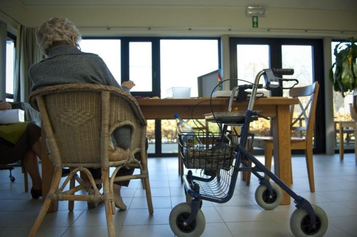 """Hek rond bed en stoel waar je niet uit kan: """"Moet laatste middel zijn"""", maar bewoners rusthuis zitten vaak """"vast"""""""