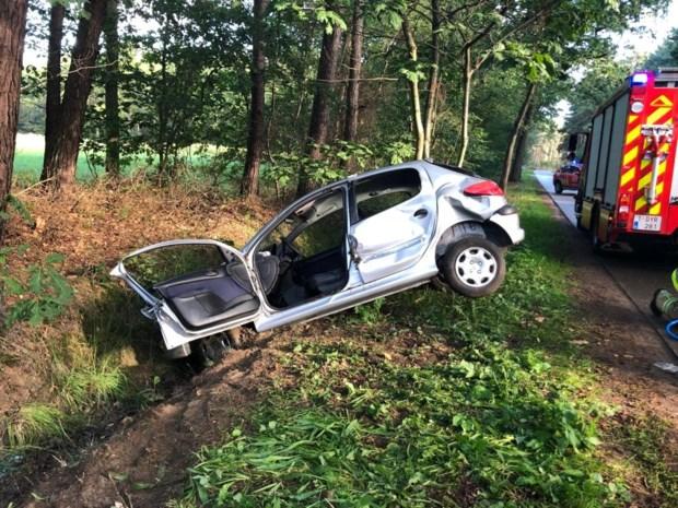 Autobestuurster belandt in gracht en raakt gewond