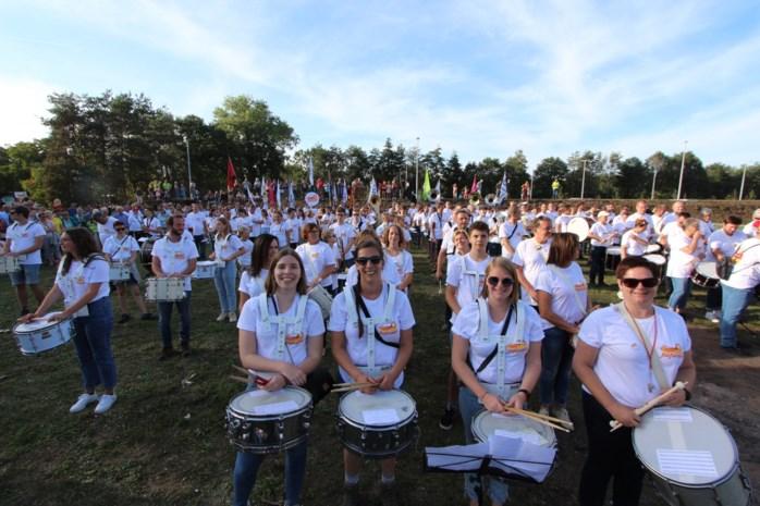 Knap staaltje van drie fanfares in Kasterlee: hele dag wandelen én tegelijk musiceren voor kinderkankerfonds