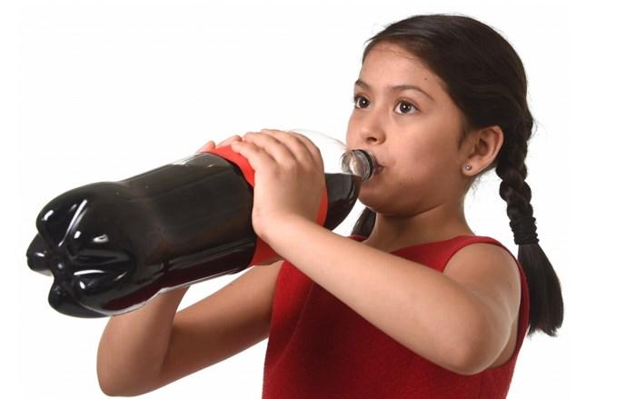 """Experts waarschuwen: """"Een liter Cola Zero per dag is ook ongezond"""""""