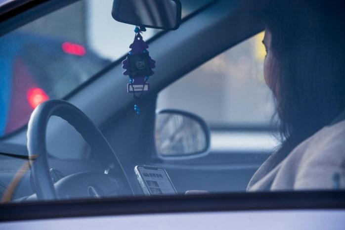 Steeds meer bedrijven verbieden personeel handsfree te telefoneren tijdens het autorijden