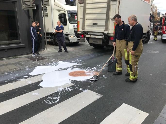 Brandweer moet grote plas witte verf opruimen in Driekoningenstraat