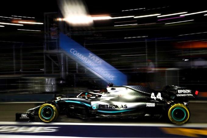 Lewis Hamilton geeft Max Verstappen het nakijken in Singapore