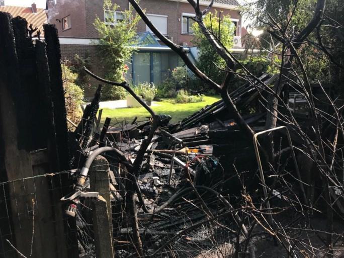 Brand in tuin slaat over op rieten dak: rookpluim van ver te zien