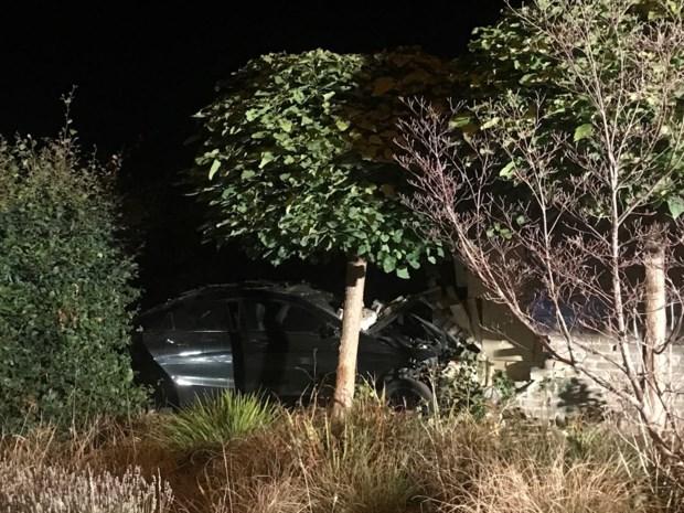 Mercedes crasht tegen woning: pand onbewoonbaar